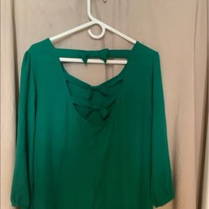 Tops - Long sleeve green shirt with bows in the back